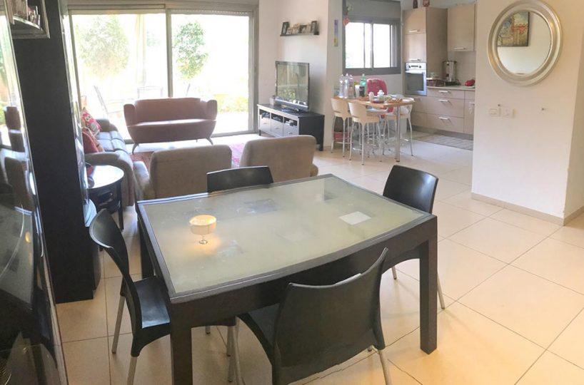 למכירה ברעננה - דירה מדהימה עם בריכת שחיה בבניין